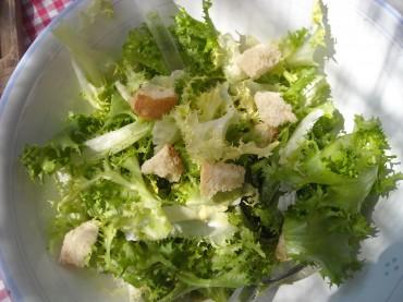 salade frisée croutons à l'ail