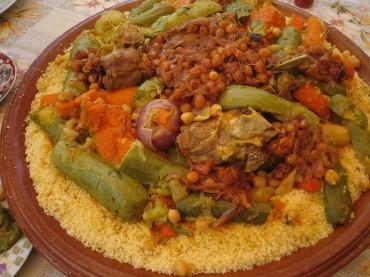 «MoroccanCouscous» par Khonsali — Travail personnel. Sous licence CC BY-SA 3.0 via Wikimedia Commons - https://commons.wikimedia.org/wiki/File:MoroccanCouscous.jpg#/media/File:MoroccanCouscous.jpg
